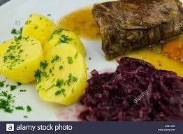 traditionelle deutsche küche rinderroulade mit rotkohl