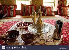 traditionelle arabische wohnzimmer und kaffee serviert