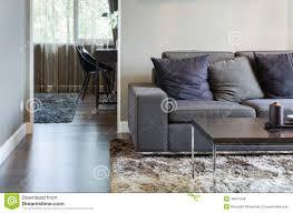 wohnzimmer mit schwarzem sofa und holztisch stockfoto bild