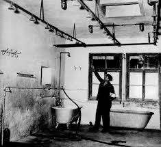chambre a gaz le point confond une banale salle de bain avec une chambre à gaz
