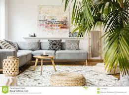 puff und holztisch im modernen wohnzimmer mit malerei oben
