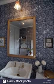 spiegel über dem waschbecken im 70er jahre badezimmer mit