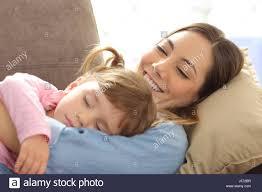 nahaufnahme einer stolzen mutter gerade ihr baby schlafen
