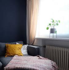 blaue wand senfgelbe kissen wohnzimmer couc