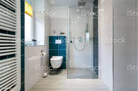 luxusbadezimmer mit begehbarer dusche aus glas horizontalen schuss einem luxusbadezimmer mit großen begehbaren dusche stockfoto und mehr bilder