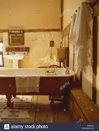 handtücher aufhängen an wand neben freistehender badewanne