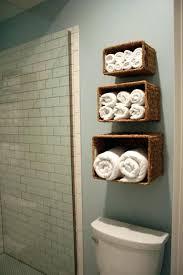 bad wand regal für handtücher badezimmer körbe an wand