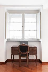 chaise de bureau antique bureau antique avec la chaise photo stock image du neuf parquet
