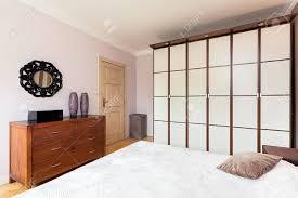 vintage herrenhaus ein weißes braun trennwand in einem stilvollen schlafzimmer