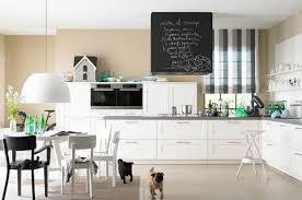 weiße küche mit wand und boden in sandfarben bild 8