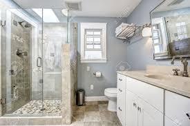 hellblau modernen badezimmer interieur mit glastür dusche und weißen schrank mit spiegel