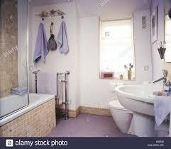 beige mosaik gefliesten bad surround und sockelleiste in