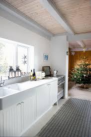weiße landhausküche mit durchgang zum bild kaufen