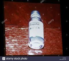 eine flasche propofol liegt unter beistelltisch gefunden