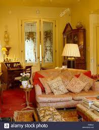 rosa paisley pring sofa mit kissen im stadthaus wohnzimmer