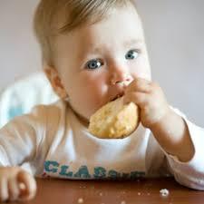 a quel votre bébé peut manger du des morceaux boire au