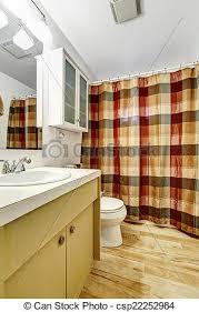 badezimmer mit farbigem vorhang badezimmer mit holzfußboden