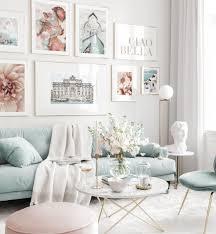 sommerliche bilderwand hellblaues wohnzimmer fotografie poster goldrahmen