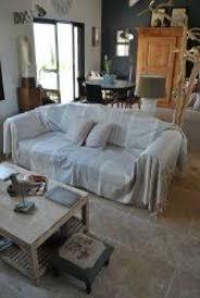 jeté de canapé en un jeté de canapé gris et fines rayures écru photo de ma cabane