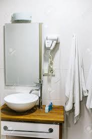 badezimmer im hotel mit allen notwendigen bad accessoires für den touristen
