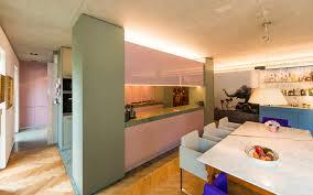 zweizeilige küche mit akzenten in pastell und massiver