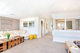 moderne wohnzimmer und flur nach innen durch die räume mit türen gibt es fenster einem innenraumteiler neben dem sofa mit kissen