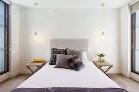schöne htons schlafzimmer dekor in luxuxhauptinnenraum mit anhänger beleuchtung