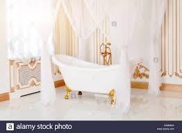 luxus badezimmer in hellen farben mit goldenen möbel details