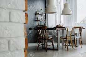 chic esszimmer design mit betonwand und industriestühlen