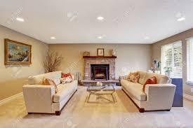 helle farbtöne wohnzimmer mit kamin zwei sofas und glascouchtisch