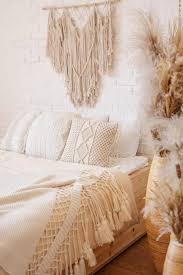 helles schlafzimmer im boho stil mit makramee dekor
