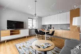 moderne offene küche mit wohnzimmer und großem fernseher