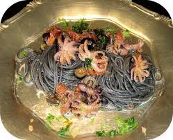 pates encre de seiche petits poulpes poêlés sur lit de spaghetti à l encre de seiche