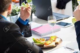 dejeuner bureau avoir un déjeuner au bureau pendant la pause banque d images et