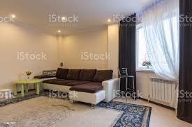 innenraum großes sofa im wohnzimmer und fenster mit dunklen vorhänge stockfoto und mehr bilder bartresen