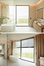 one s bad mit schiebetür und raffstore badezimmer