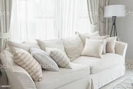 kissenset auf weißen klassische sofa im wohnzimmer stockfoto und mehr bilder architektur