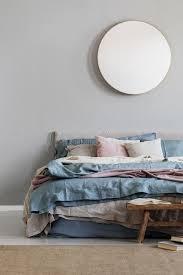 nobler spiegel auf grauer wand im stilvollen schlafzimmer