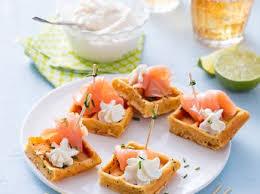 canapés saumon fumé mini croissants au saumon fumé recettes femme actuelle