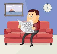 glücklicher mann liest eine zeitung auf dem sofa im wohnzimmer bilder myloview
