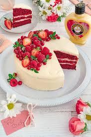 velvet cake mit beeren und schokoladen eierlikör frosting