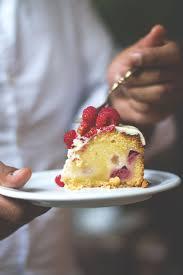 mud cake mit weißer schokolade und himbeeren