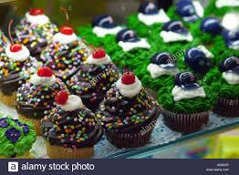 Cupcakes Fur Verkauf In Einer Supermarkt Backerei Teilweise Mit Boston Rot Sox Helme