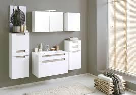 badezimmer mit spiegelschrank und waschtisch