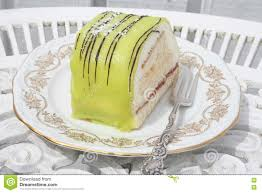 gebäck mit grünem marzipan und creme stockfoto bild