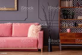 rosa sofa neben schwarz dekor und holzgehäuse in vintage wohnzimmer interieur echtes foto stockfoto und mehr bilder design