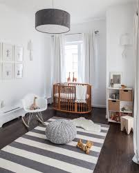 chaise chambre bébé chambre enfant tapis chambre bébé rayures blanches grises chaise