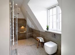 helles badezimmer mit steinfliesen in dachschräge moderne