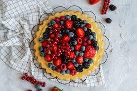 obstkuchen mit eierlikör pudding und beeren