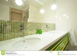 grüne fliesen im modernen badezimmer stockbild bild